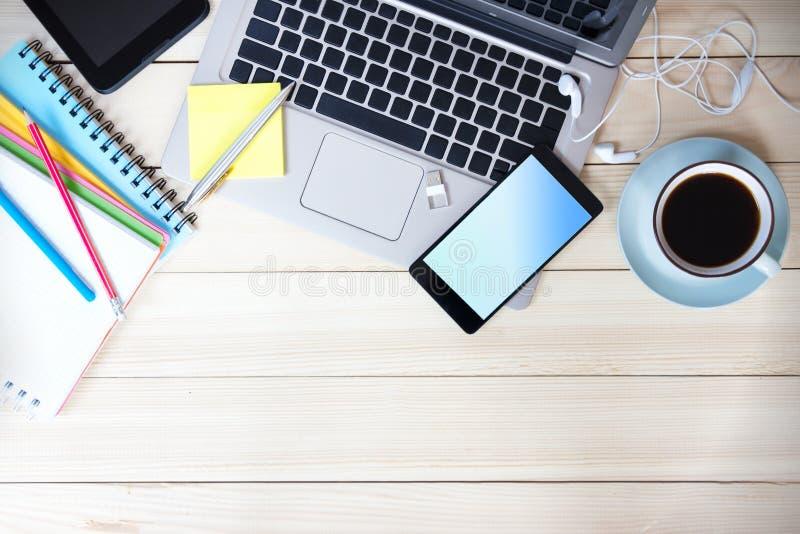 Laptop van tabletgadgets houten lege ruimte als achtergrond stock afbeelding