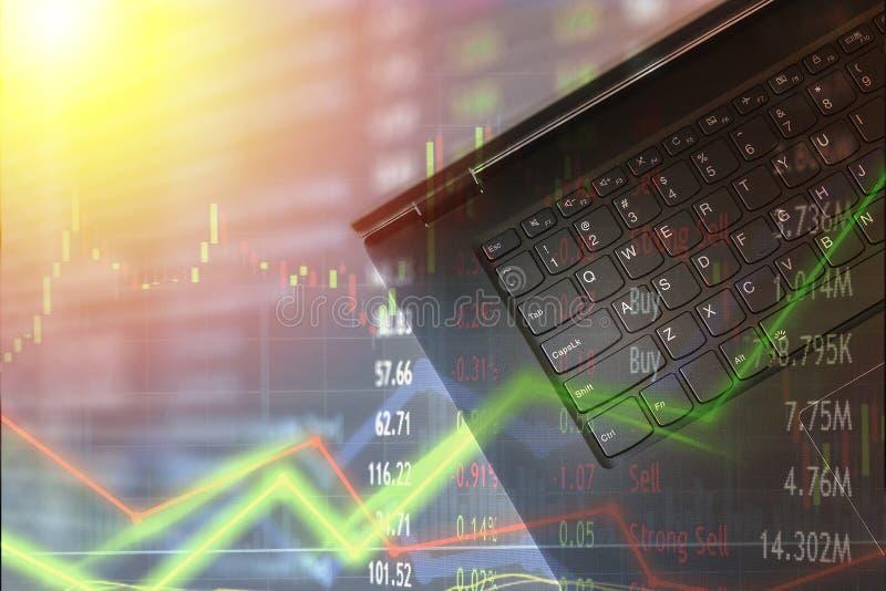 Laptop voor financiëngebruik en voorraad die met de bekleding van marktgrafieken handel drijven Verwarring en handels onvoorspelb stock foto
