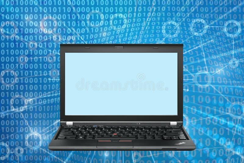 Laptop z pustą parawanowej kopii przestrzenią na binarnych kodach fotografia royalty free