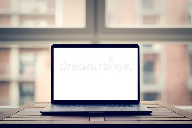 Laptop z pustym ekranem na stole w nowożytnym loft fotografia stock