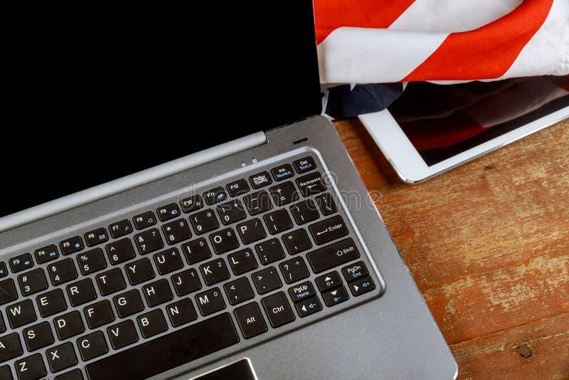 Laptop z pustym notepad z cyfrowej pastylki biurowym starym drewnianym sto?em zdjęcie stock