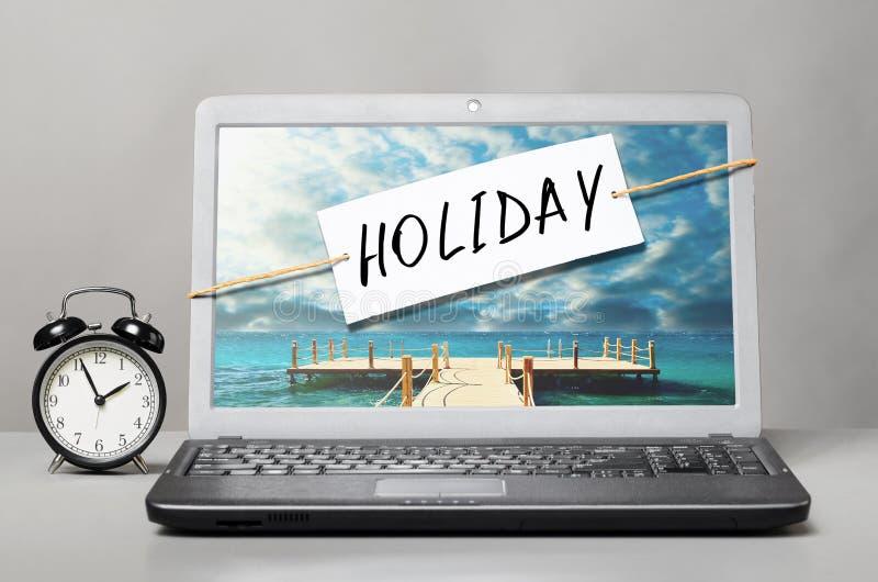 Laptop z wakacje notatką obraz stock