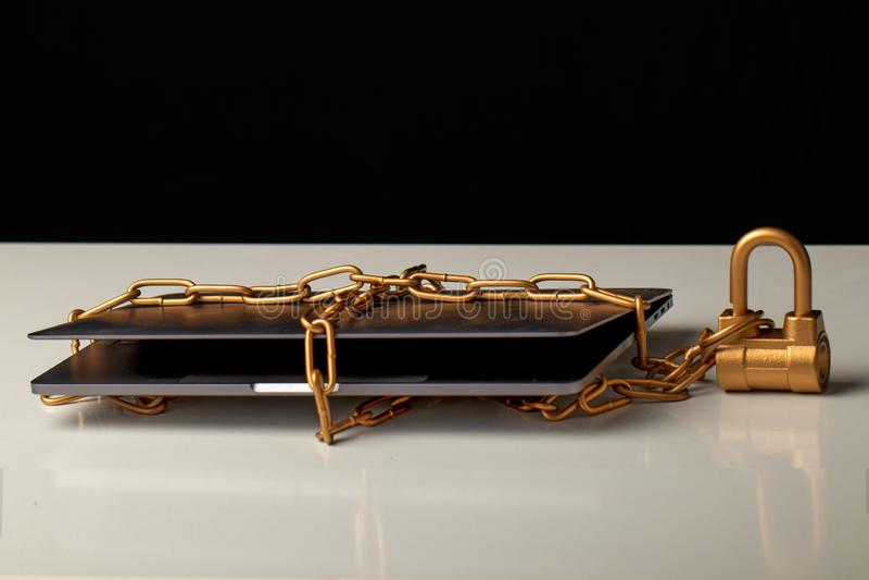 Laptop zawija w złocistym łańcuchu fotografia royalty free