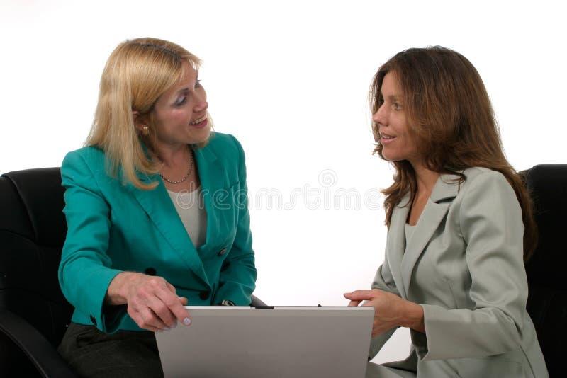 laptopa 2 dwóch kobiet biznes do pracy obrazy royalty free