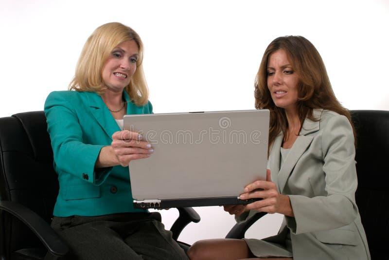 laptopa 8 dwóch kobiet biznes do pracy zdjęcie stock