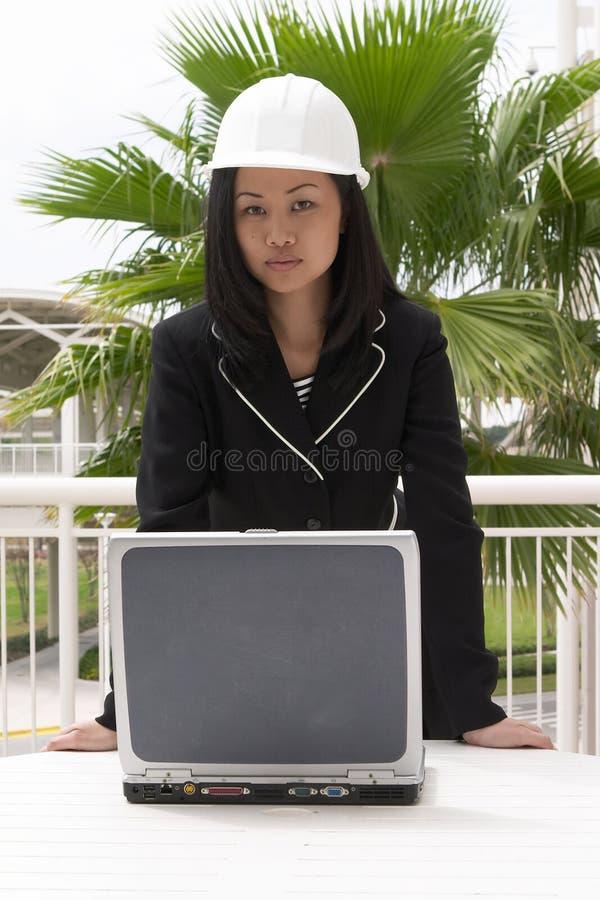 laptopa kobiecej stanowisko inżyniera obrazy stock