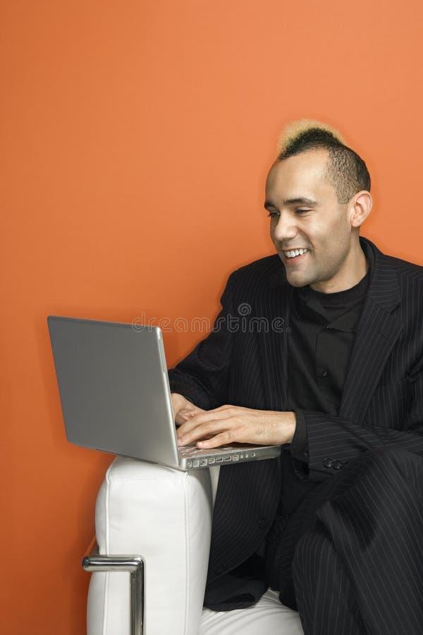 laptopa mohawk biznesmena obrazy stock