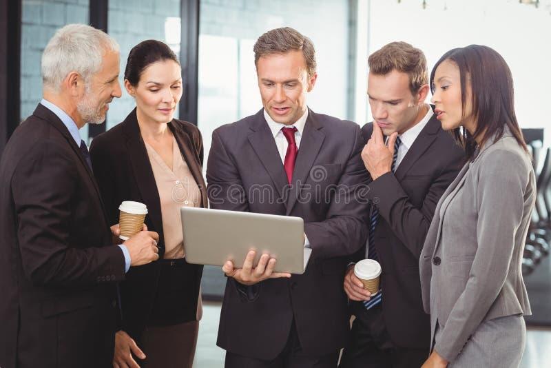 laptopa na biznesmena zdjęcie stock