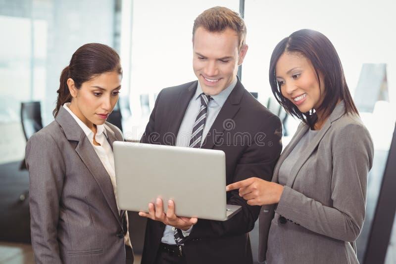 laptopa na biznesmena obrazy stock