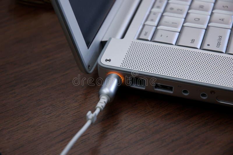 Laptopaufladung lizenzfreies stockfoto