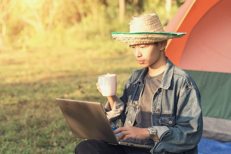Laptopkaffeecampingzelt des jungen Mannes lizenzfreie stockfotografie