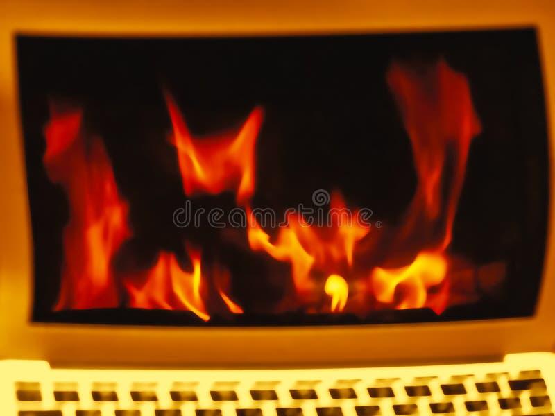 Laptopmonitor mit Flamme auf dem Schirm, unscharfer Hintergrund lizenzfreie stockbilder