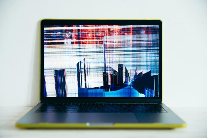 Laptopr con la pantalla agrietada imagen de archivo libre de regalías