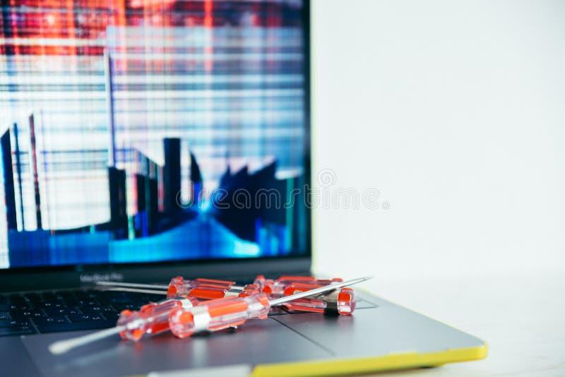 Laptopr con la pantalla agrietada foto de archivo libre de regalías