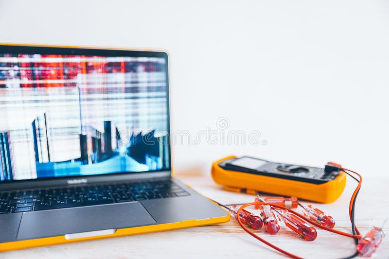 Laptopr con la pantalla agrietada foto de archivo