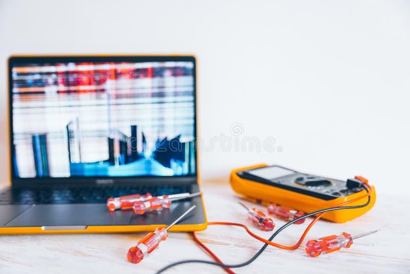 Laptopr con la pantalla agrietada fotos de archivo