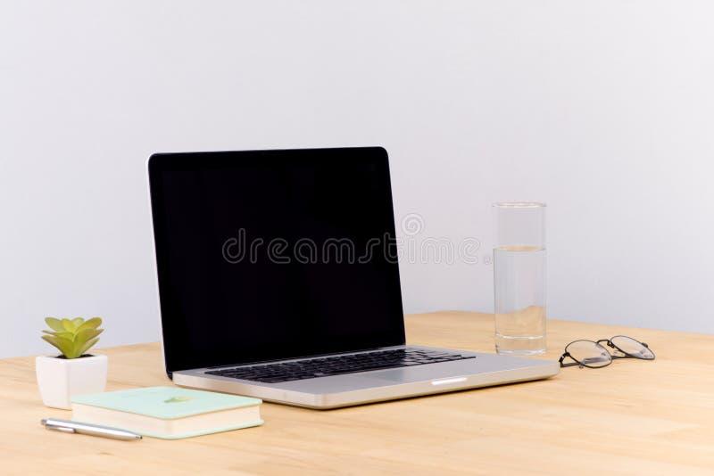 Laptopu biały pusty ekran na praca stołu frontowym widoku zdjęcie royalty free