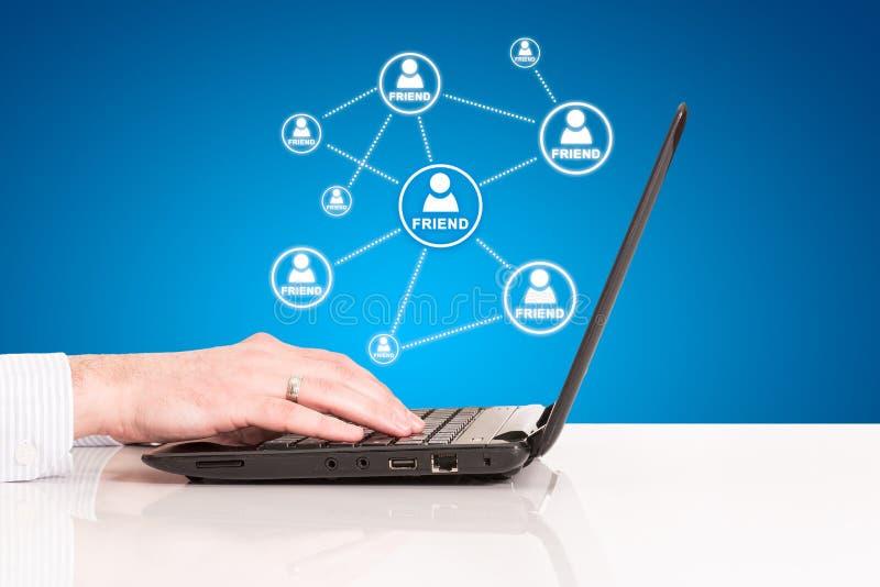 Laptopu biznesowego mężczyzna ręki dotyka ochraniacz, technologia socjalny związek zdjęcie stock
