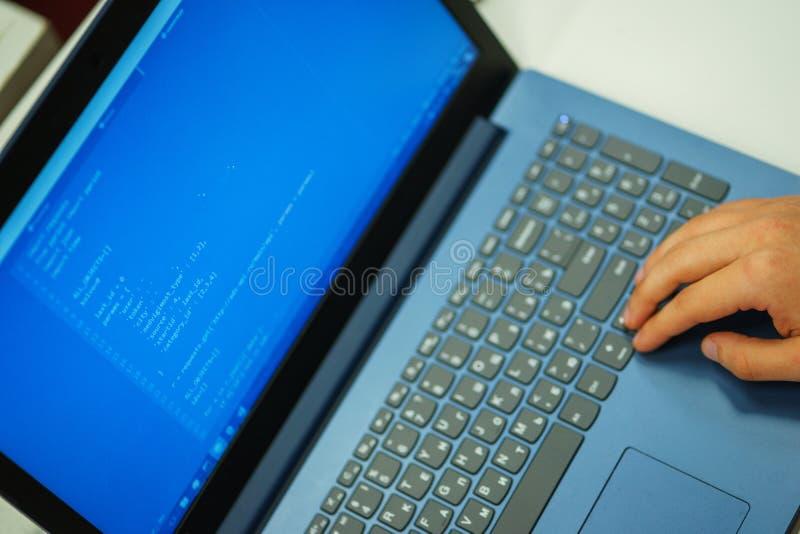 Laptopu ekran z liniami kod Programista pisze zastosowaniu w j?zyk programowania zdjęcia stock