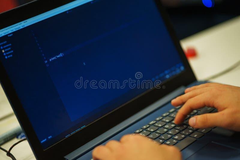 Laptopu ekran z liniami kod Programista pisze zastosowaniu w j?zyk programowania obraz stock