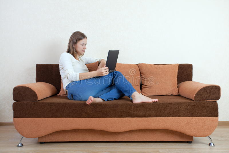 laptopu kanapy kobieta obraz royalty free