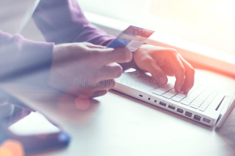 laptopu karciany kredytowy mężczyzna Sieć przelew pieniędzy i zapłata zdjęcie royalty free