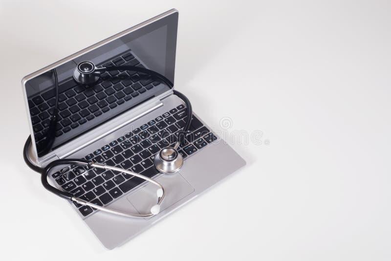 laptopu komputerowy stetoskop fotografia stock