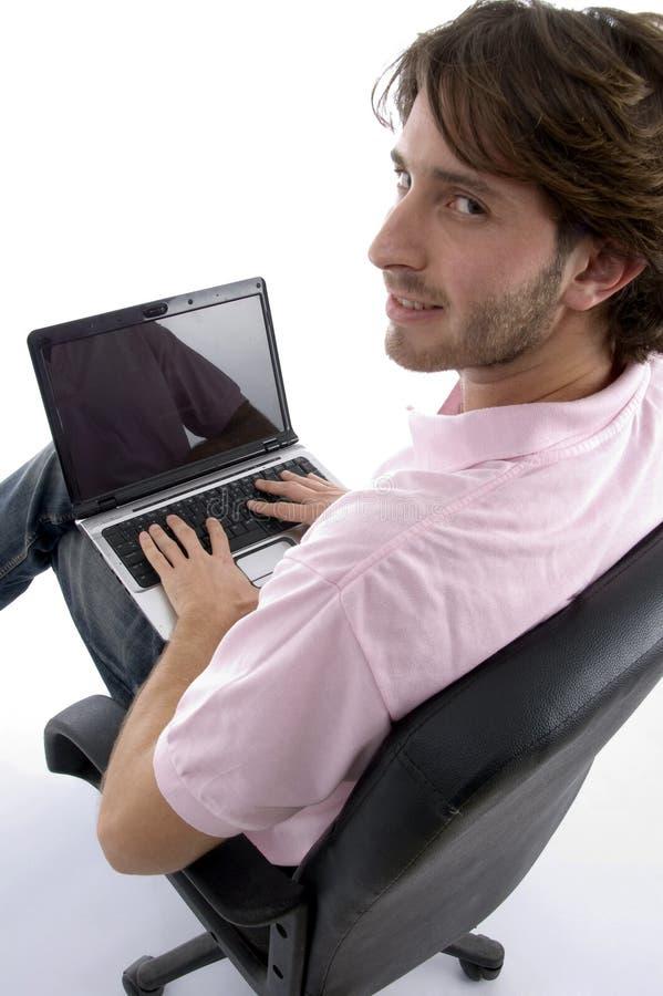 laptopu mężczyzna boczny widok zdjęcie stock