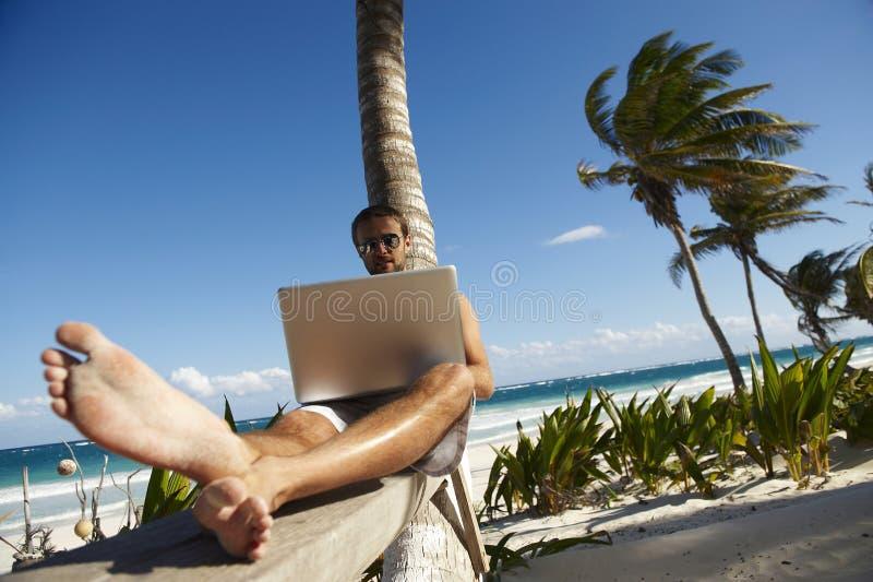 laptopu mężczyzna działanie zdjęcia stock