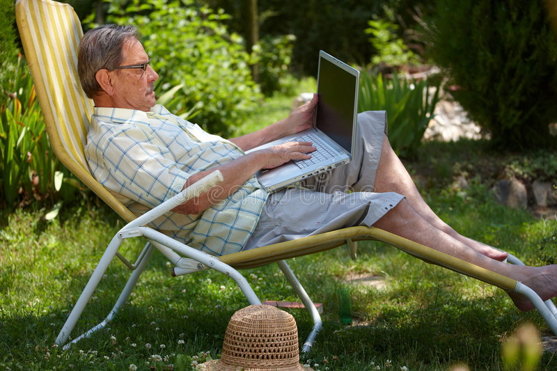 laptopu mężczyzna plenerowy starszy używać obrazy royalty free