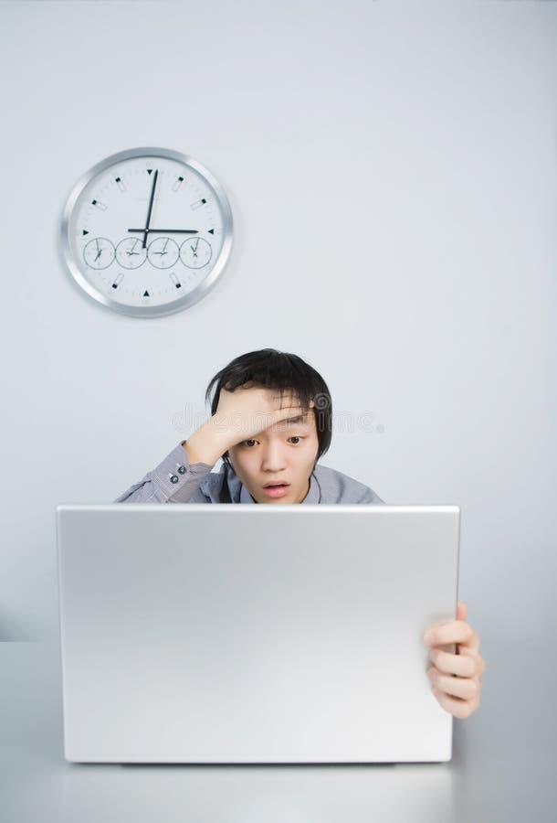 laptopu mężczyzna problemów pracy potomstwa zdjęcia stock