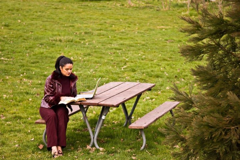 laptopu parkowi studiowania kobiety potomstwa obrazy royalty free