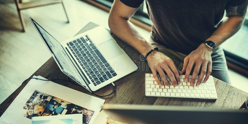 Laptopu Podłączeniowy Elektroniczny networking Relaksuje pojęcie obraz royalty free