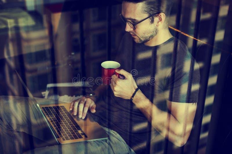 Laptopu Podłączeniowy Elektroniczny networking Relaksuje pojęcie zdjęcie royalty free
