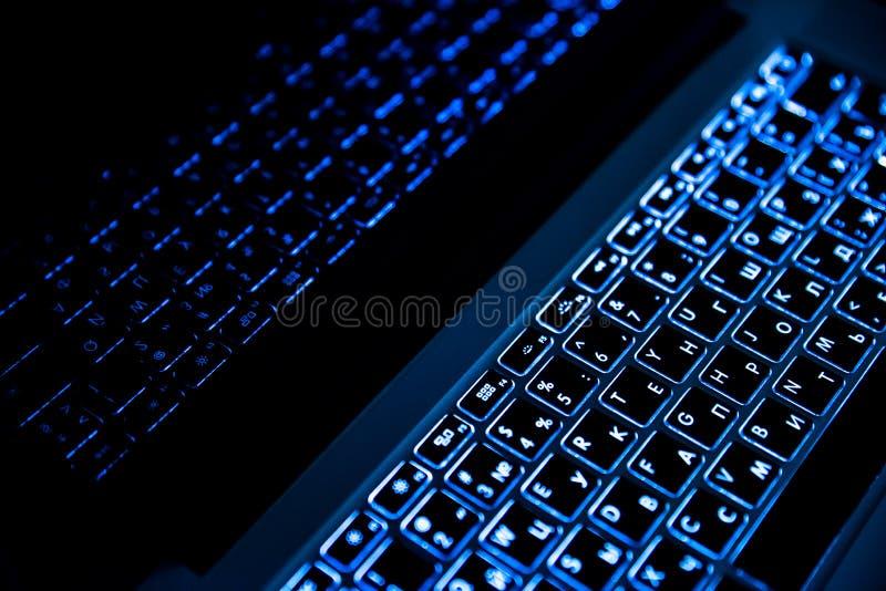 Laptopu ` s klawiatura w nocy zakończeniu up zdjęcie stock