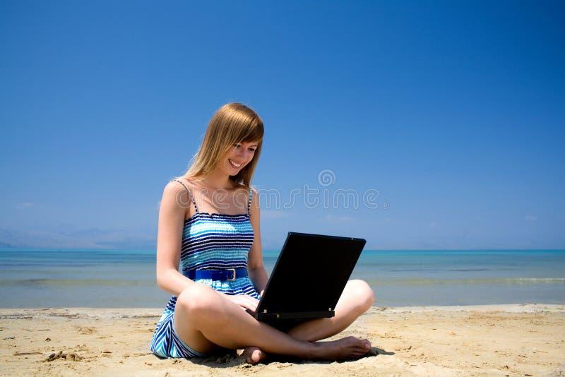 laptopu urlopowej kobiety pracujący potomstwa fotografia royalty free