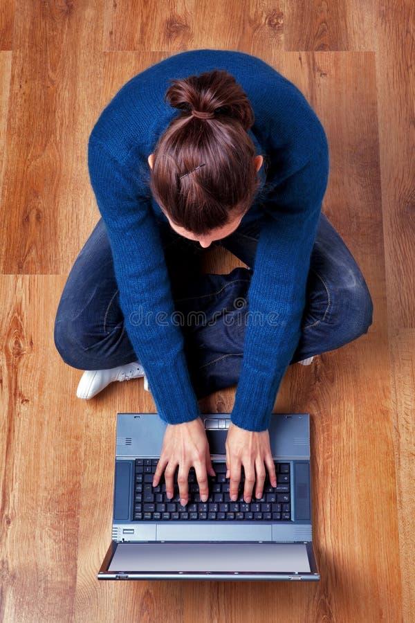 laptopu zasięrzutna używać widok kobieta fotografia stock