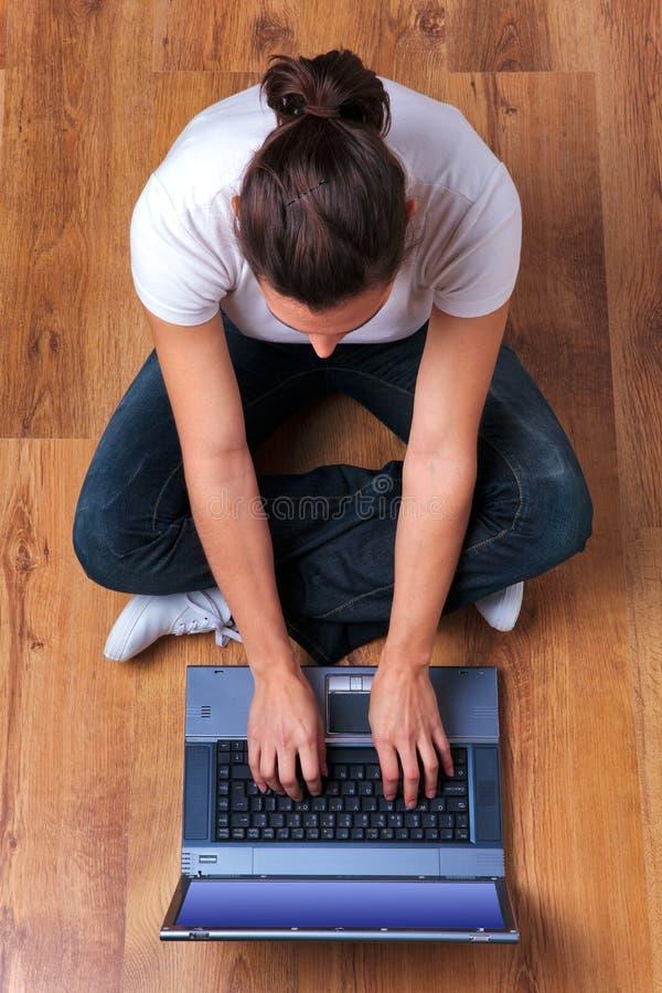 laptopu zasięrzutny kobiety działanie zdjęcia stock