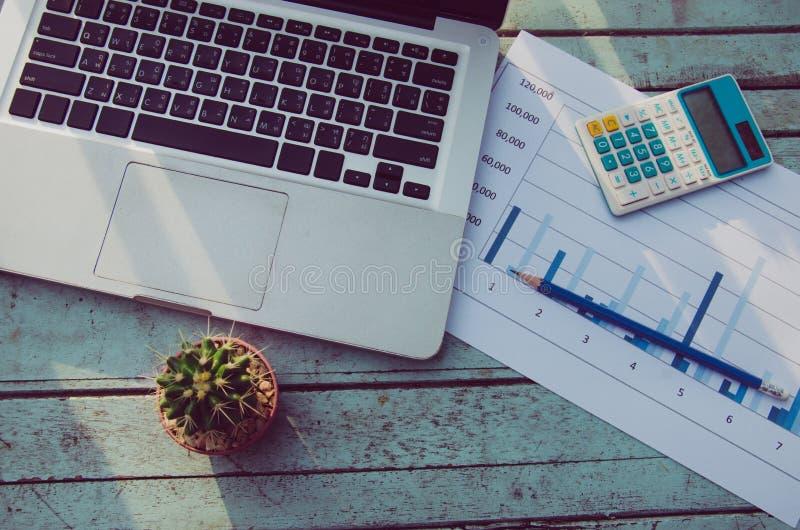 Laptopy i wykresy obraz stock