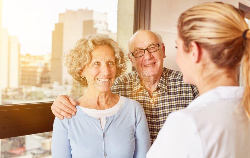 Lar de idosos para um par sêniores no lar de idosos imagem de stock royalty free