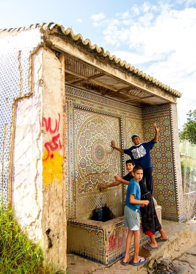 Larache, Marrocos - 16 de setembro de 2010: Grupo de crianças que levantam para a câmera imagem de stock