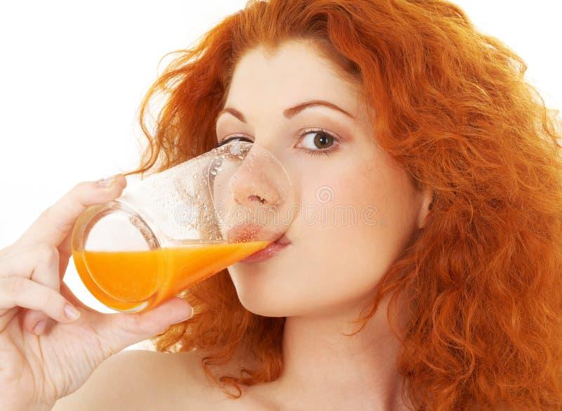 Laranja bebendo do redhead encantador fotos de stock