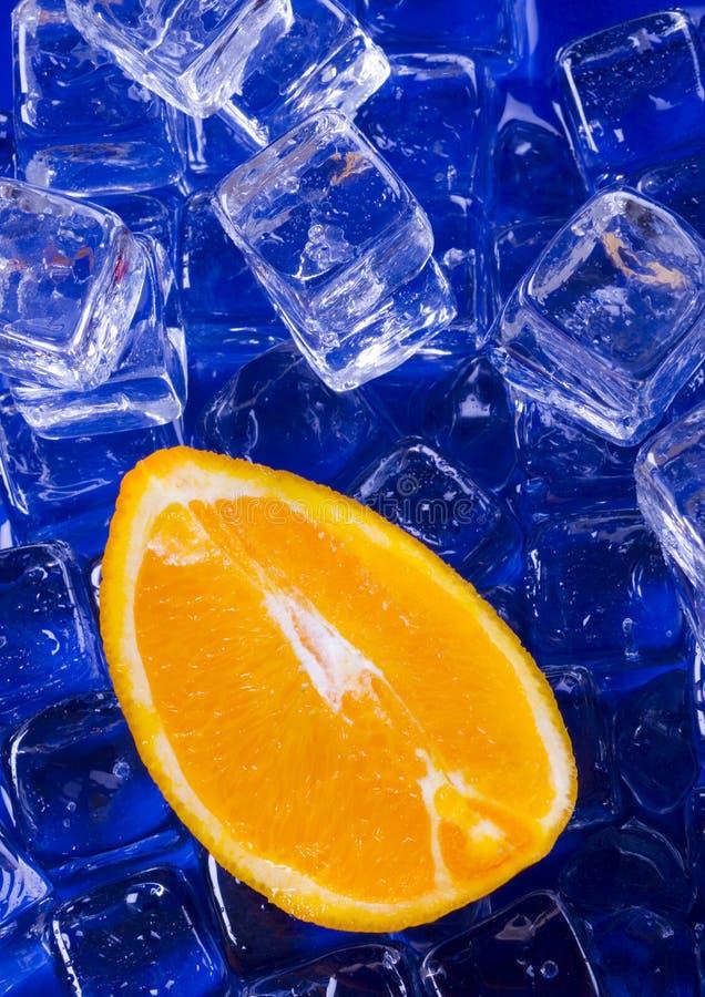 Laranja com cubos de gelo foto de stock royalty free