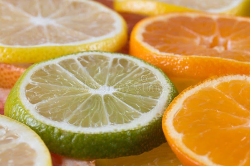 Laranja cortada do fundo das citrinas, limão, cal fotografia de stock
