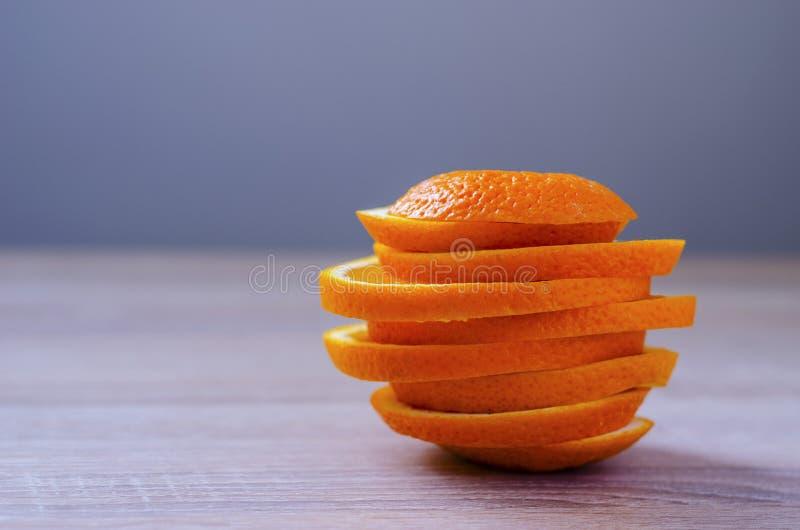 A laranja cortou e dobrou-se em uma pilha fotografia de stock