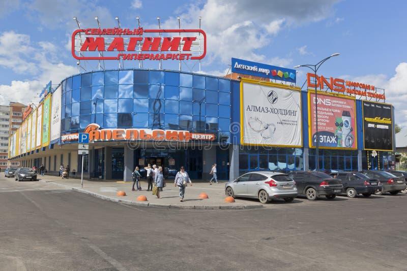 Laranja do shopping na interseção de ruas de Severnaya e de Karl Marx na cidade de Vologda imagem de stock