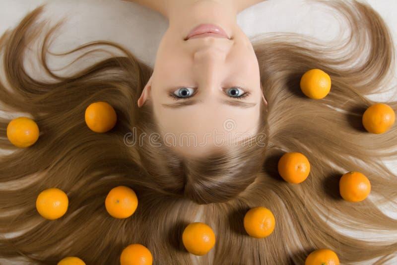 Laranja do tangerine da rapariga imagens de stock