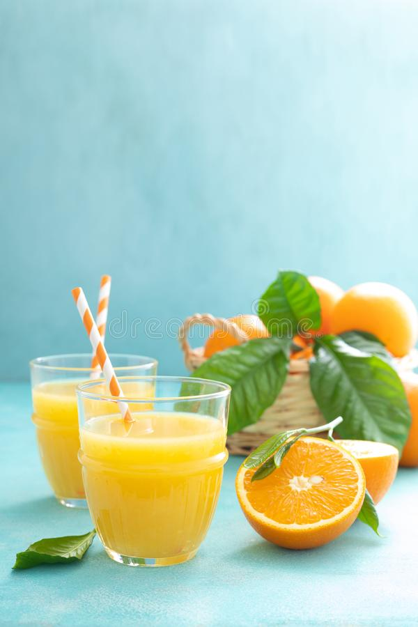 A laranja espremeu recentemente o suco nos frutos de vidro e frescos fotografia de stock
