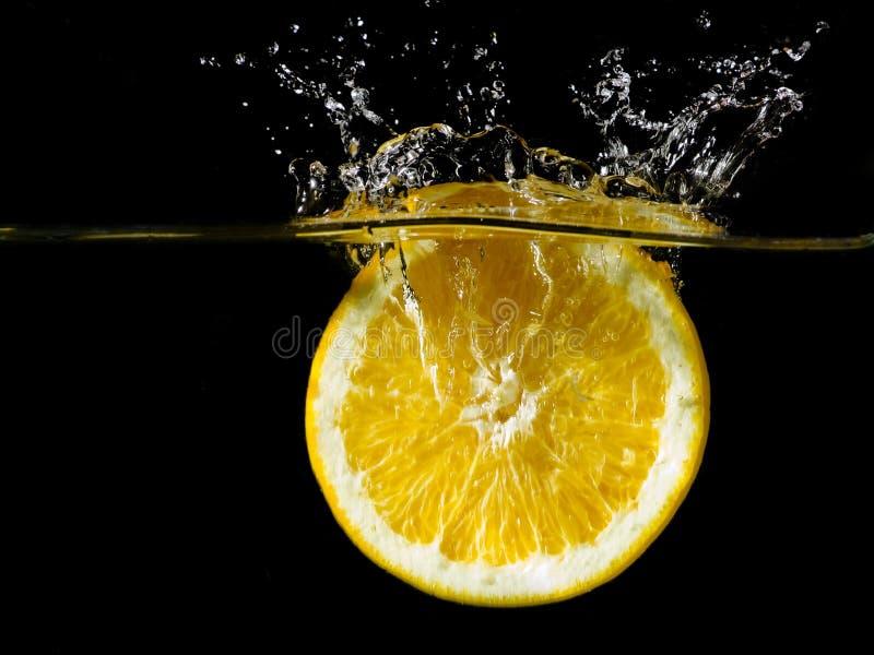 A laranja está espirrando fotos de stock royalty free