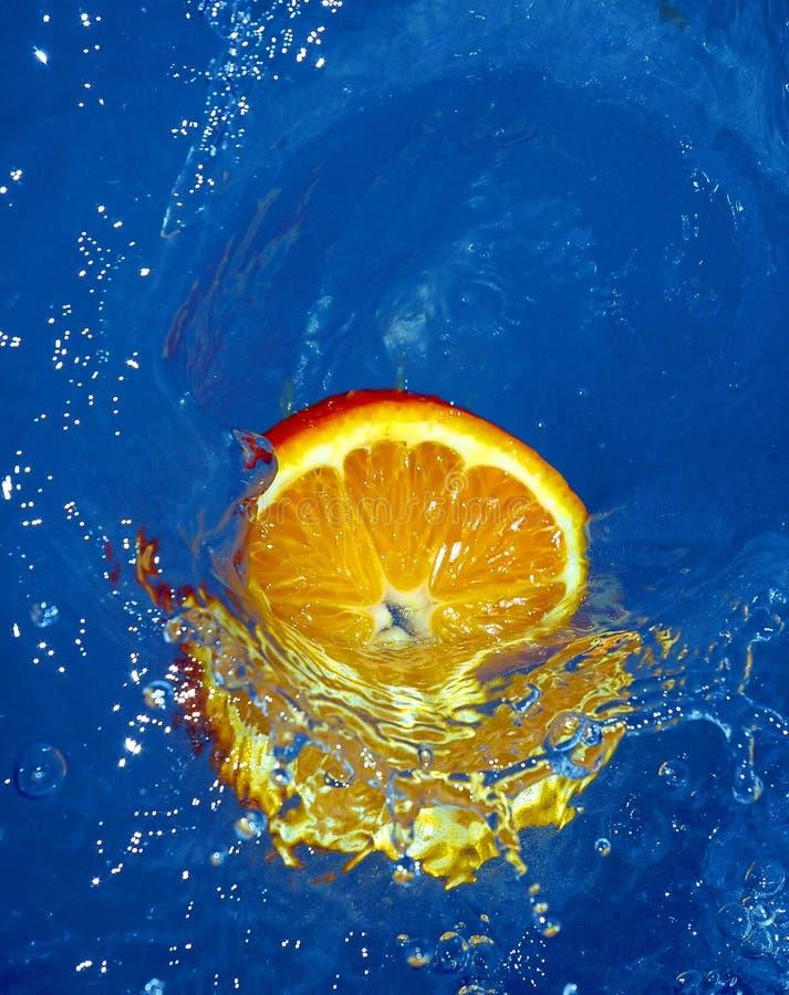 Laranja fresca na água foto de stock royalty free